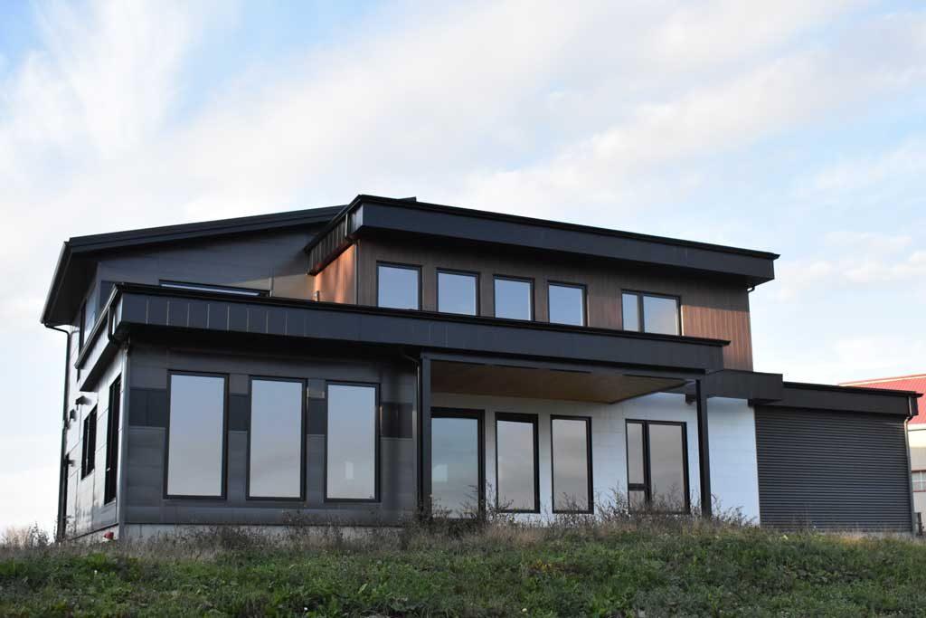 Maison 2 étages noire et blanche vue arrière 1