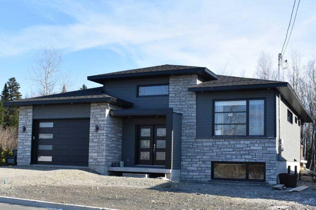 Plein pied briques grise porte double garage noir