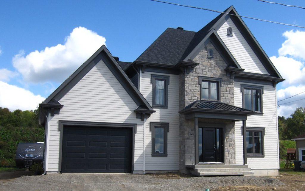 Maison à deux pignons et garage soir et blanc
